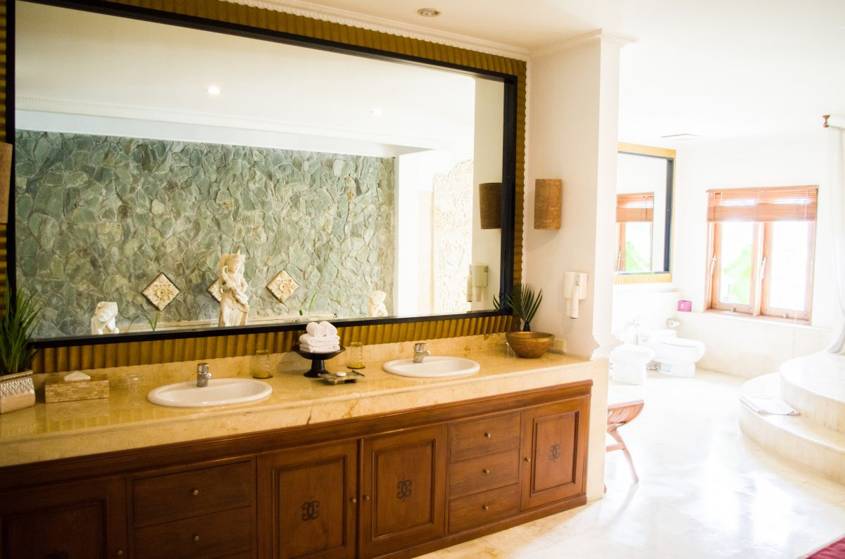 The wraparound bathroom, one of my favourite features of the Presidential Suite. Photo by Jordan Bishop.